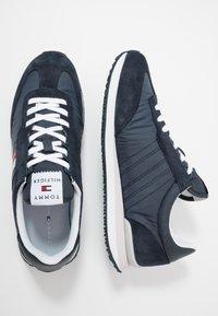 Tommy Hilfiger - MIX RUNNER STRIPES - Sneakersy niskie - blue - 1