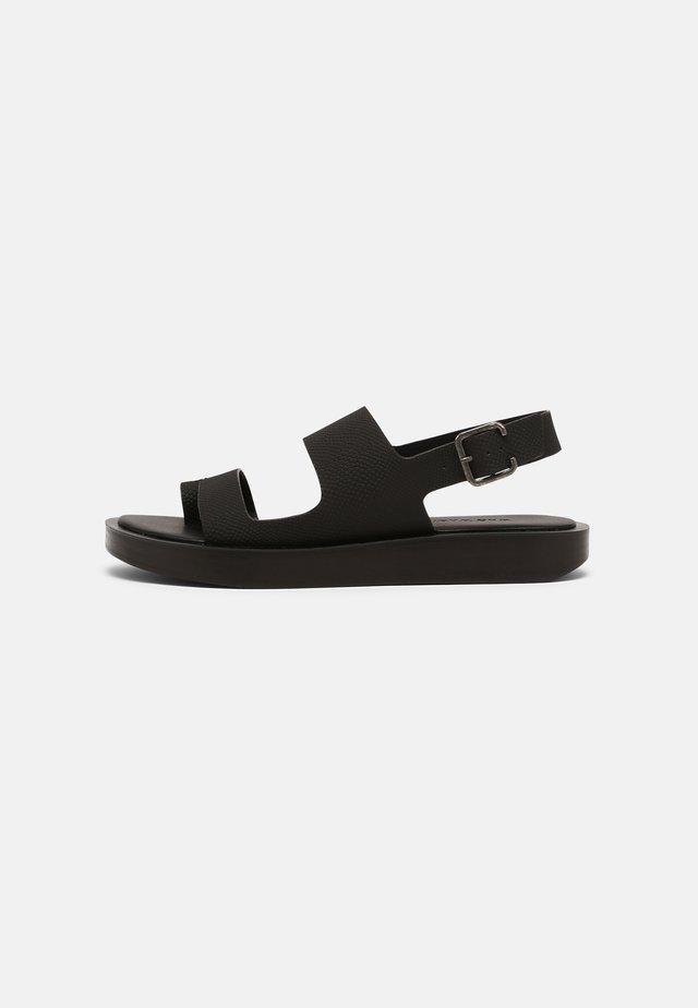 ASHLEY - Sandály s odděleným palcem - black
