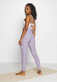 Onzie - SELENITE LEGGING - Legging - lavender gray - 2