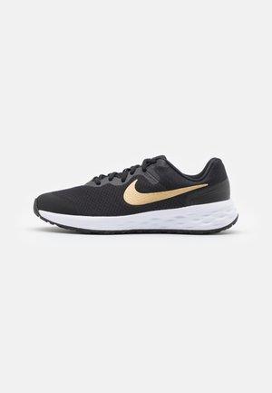 REVOLUTION 6 NN UNISEX - Obuwie do biegania treningowe - black/metallic gold/white