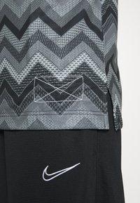 Nike Performance - CITY EXPLORATION DRY HOOP X FLY - Sports shirt - black/university red/white - 4