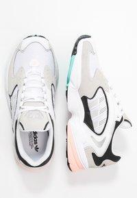 adidas Originals - FALCON 2000  - Sneakersy niskie - grey one/glover pink/core black - 5
