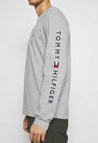 Tommy Hilfiger - LOGO LONG SLEEVE TEE - Långärmad tröja - grey - 5