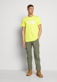 The North Face - M S/S EASY TEE - EU - T-shirt med print - lemon - 1