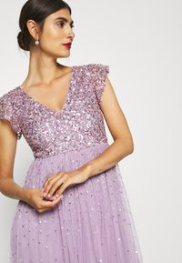 Maya Deluxe - V NECK FLUTTER SLEEVE DRESS WITH SCATTERED SEQUINS - Abito da sera - lavender