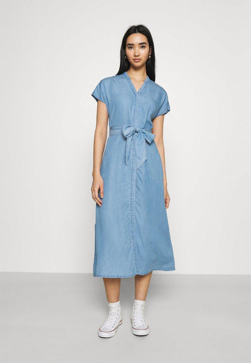 Vero Moda - VMSAGA LONG BELT DRESS - Denimové šaty - light blue denim