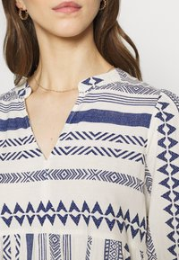 Vero Moda - Kjole - birch/sodalite blue - 5