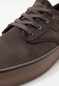 Globe - MOTLEY - Sneakersy niskie - mulch - 5