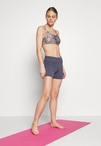 Cotton On Body - WORKOUT YOGA CROP - Sujetador deportivo - steely shadow - 1