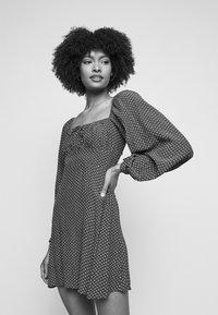 Faithfull the brand - SHANNALI MINI DRESS - Denní šaty - bonnie dot print - 4
