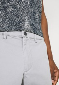GAP - IN SOLID - Shorts - antique pewter - 4