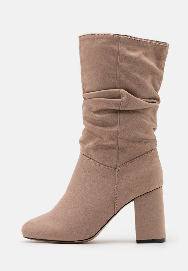 WIDE FIT BLOCK BOOT - Stivali alti - taupe