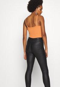 Vero Moda - VMSOPHIA SKINNY BIKER COATED  - Jeans Skinny Fit - black/coated - 4