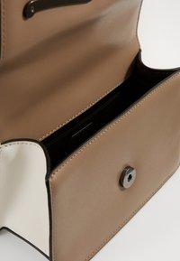 KARL LAGERFELD - SIGNATURE SMALL SHOULDERBAG - Taška spříčným popruhem - multi - 3