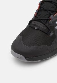 adidas Performance - TERREX SWIFT R3 GORE-TEX - Fjellsko - core black/grey three/solar red - 5
