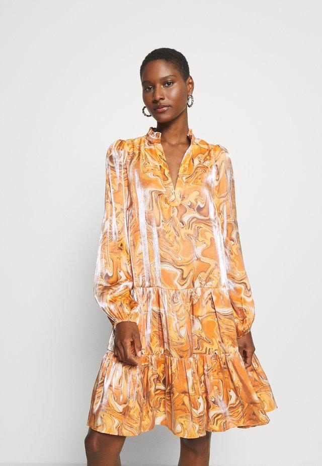 KENDALL DRESS - Vapaa-ajan mekko - tabac marbling