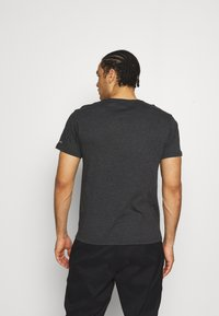 Columbia - BLUFF MESA™ GRAPHIC TEE - Print T-shirt - black shield - 2