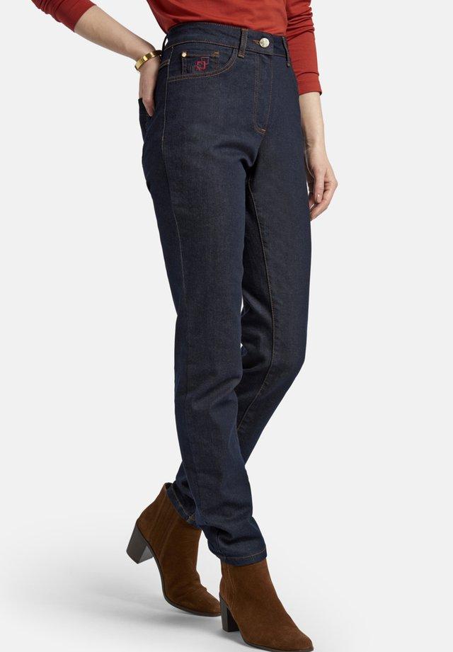 MIT LOGO-STICKEREI - Slim fit jeans - dark-blue denim