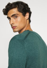 Tommy Hilfiger - CREW NECK - Pullover - green - 3