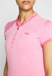 Under Armour - ZINGER ZIP - Triko s potiskem - lipstick