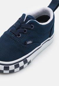 Vans - ERA ELASTIC LACE UNISEX - Sneakers - dress blue/true white - 5