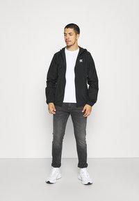 adidas Originals - ESSENTIAL ADICOLOR SLIM - Tunn jacka - black - 1