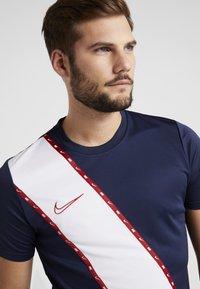 Nike Performance - DRY - T-shirt med print - obsidian/gym red - 4