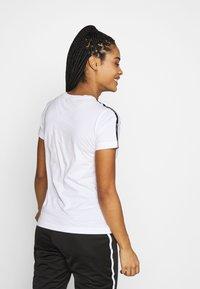 Champion - CREWNECK LEGACY - T-shirts med print - white - 2