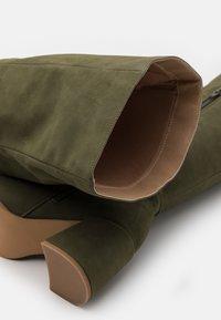 Missguided - LOW BLOCK HEEL BOOTS - Overknee laarzen - olive - 5