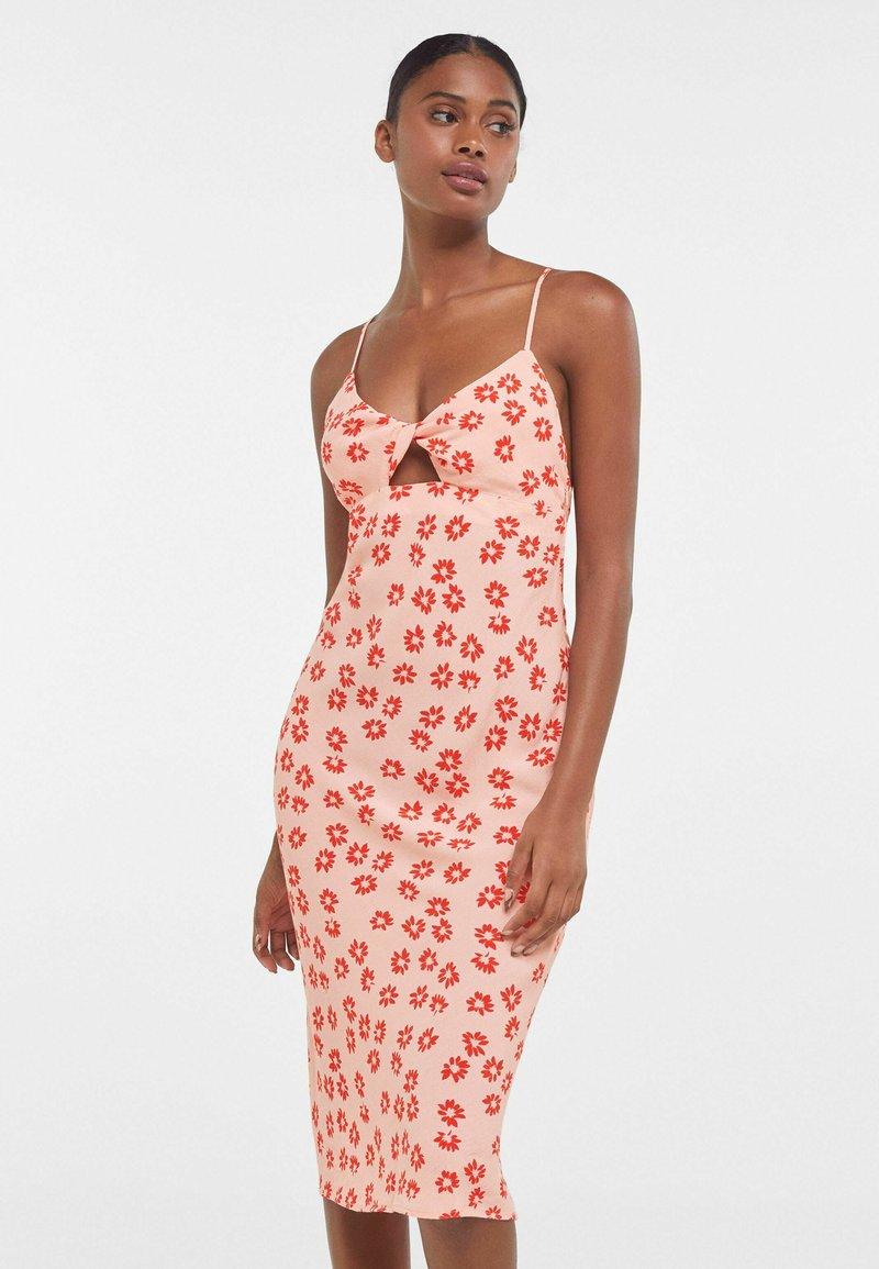 Bershka - MIT BLUMENPRINT  - Sukienka z dżerseju - pink