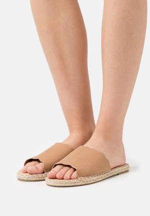DETAIL EDGE CUT SLIDE - Sandalias planas - tan