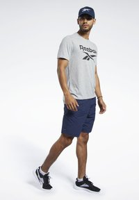 Reebok - SPEEDWICK SPORT SHORT SLEEVE GRAPHIC TEE - Camiseta estampada - grey - 1