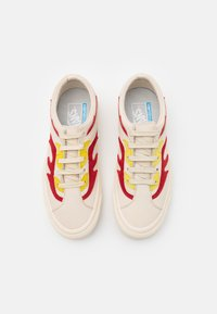 Vans - BOLD UNISEX - Trainers - antique white/red - 3