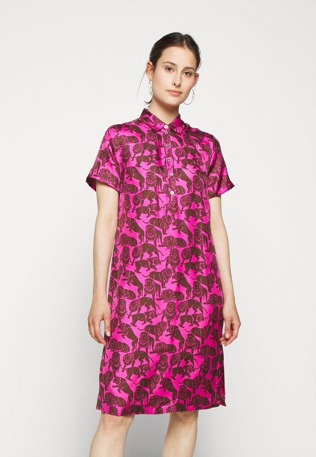 CONNIE DRESS LIONS - Vestido camisero - fuchsia/brown