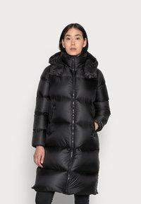 Calvin Klein Jeans - SHINY LONG PUFFER - Kabát zprachového peří - black - 0