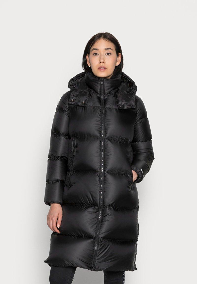 Calvin Klein Jeans - SHINY LONG PUFFER - Kabát zprachového peří - black