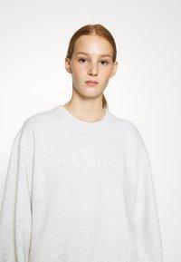 Abercrombie & Fitch - LOGO PUFF SLEEVE CREW - Sweatshirt - grey - 4