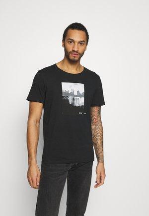 JORNOBODY TEE CREW NECK - Print T-shirt - tap shoe