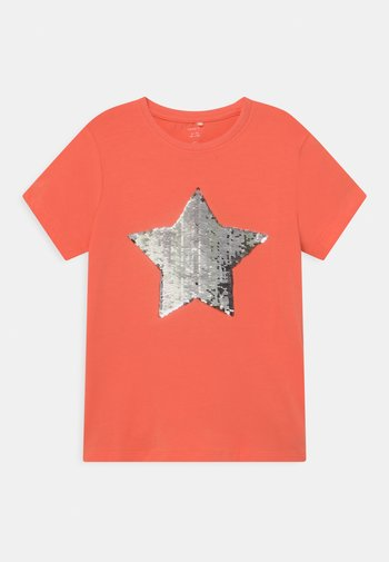 NKFHAPASTAR BOX - Print T-shirt - persimmon