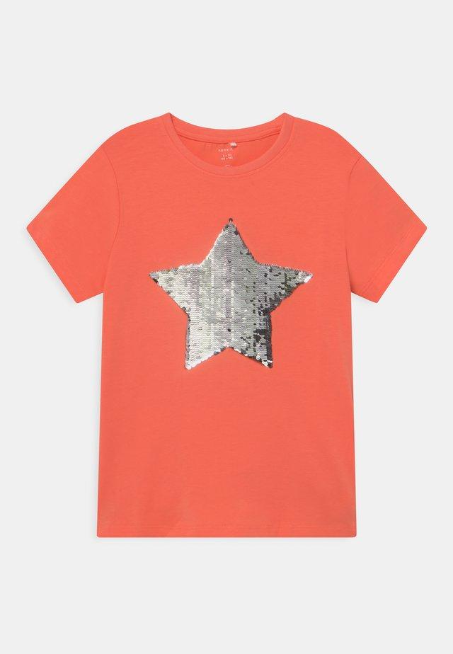 NKFHAPASTAR BOX - Camiseta estampada - persimmon