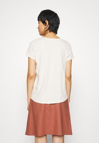 TOM TAILOR DENIM - BASIC VNECK TEE WITH EMBRO - Basic T-shirt - soft creme beige - 2