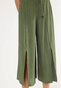 Bershka - MIT WEITEM BEIN - Pantalon classique - green - 3