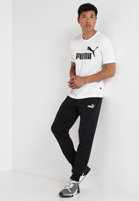 Puma - ESS LOGO PANTS - Pantalon de survêtement - black - 1