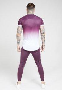 SIKSILK - SIKSILK FADE TECH TEE - Print T-shirt - rich burgundy fade - 2