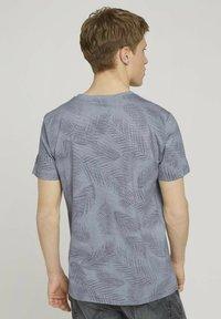 TOM TAILOR DENIM - MIT PALMENPRINT - Print T-shirt - anthra inside palm leaf print - 2