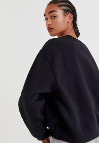 PULL&BEAR - MIT RUNDAUSSCHNITT - Sweatshirt - black - 3