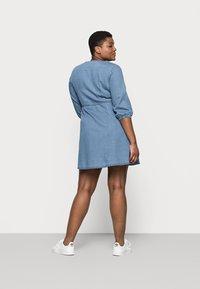 Vero Moda Curve - VMHENNA 3/4 WRAP SHORT DRESS - Denim dress - light blue - 2