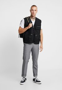 Glorious Gangsta - SOLOMON UTILITY VEST - Väst - black - 1