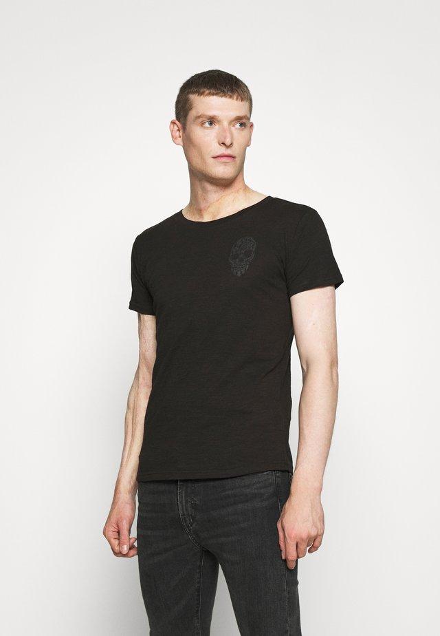 BRONCO ROUND - T-shirt z nadrukiem - black