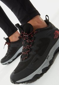 The North Face - W ULTRA FASTPACK IV FUTURELIGHT - Trainers - tnf black fiesta red - 1